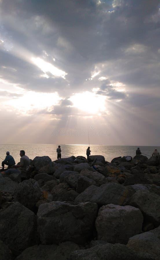 在钓鱼的美好的日落在黄色灰色口气 免版税库存照片