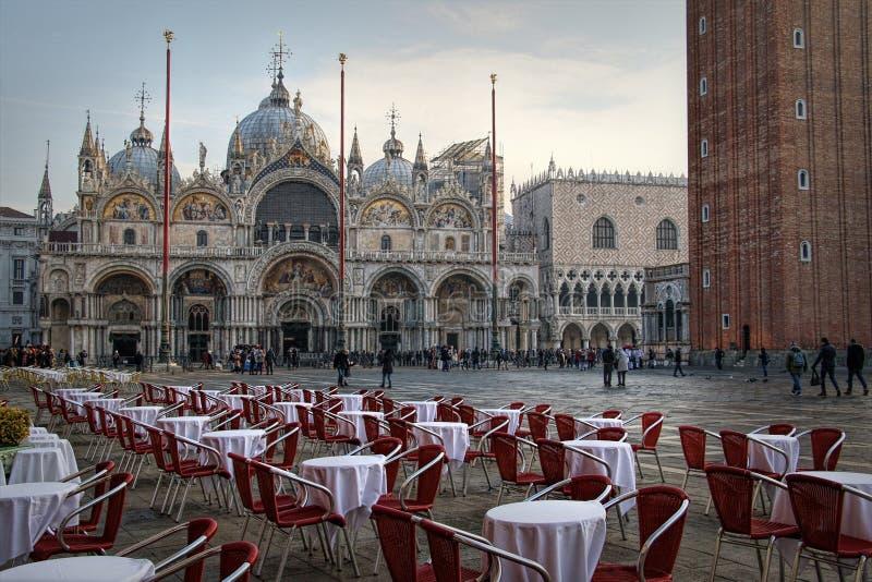 在钟楼、Basilika圣Marco和共和国总督宫殿旁边的圣马可广场 意大利威尼斯 免版税库存照片