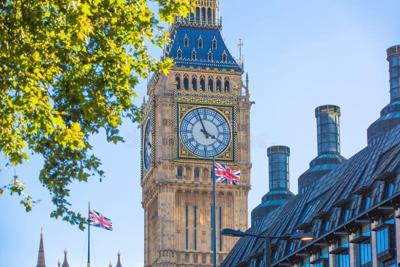 在钟楼大本钟,威斯敏斯特宫前面的联盟标志飞行 伦敦英国 免版税库存图片