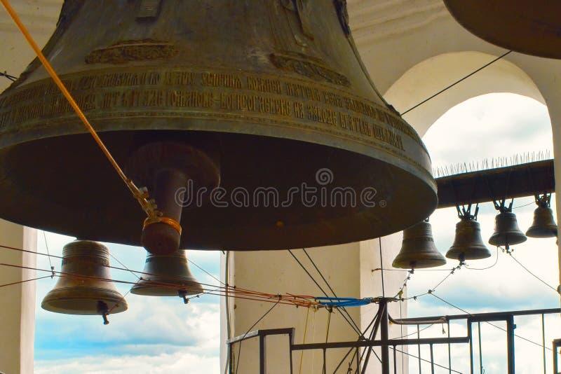 在钟楼的大生铁响铃在教会里 免版税库存照片
