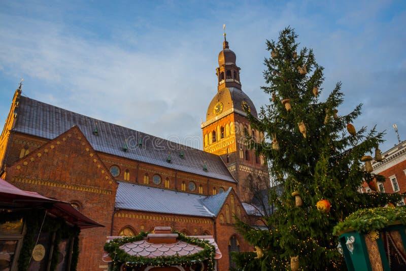 在钟楼的金黄公鸡 圆顶正方形的里加主教座堂在历史中心在老镇里加,拉脱维亚 库存图片