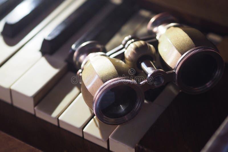 在钢琴的望远镜 库存照片