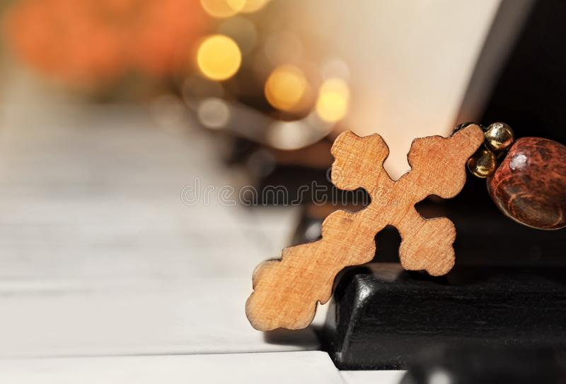 在钢琴钥匙的木十字架 图库摄影