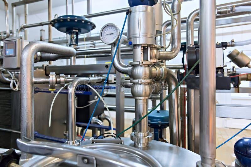 在钢管道的看法在牛奶工厂 免版税库存图片