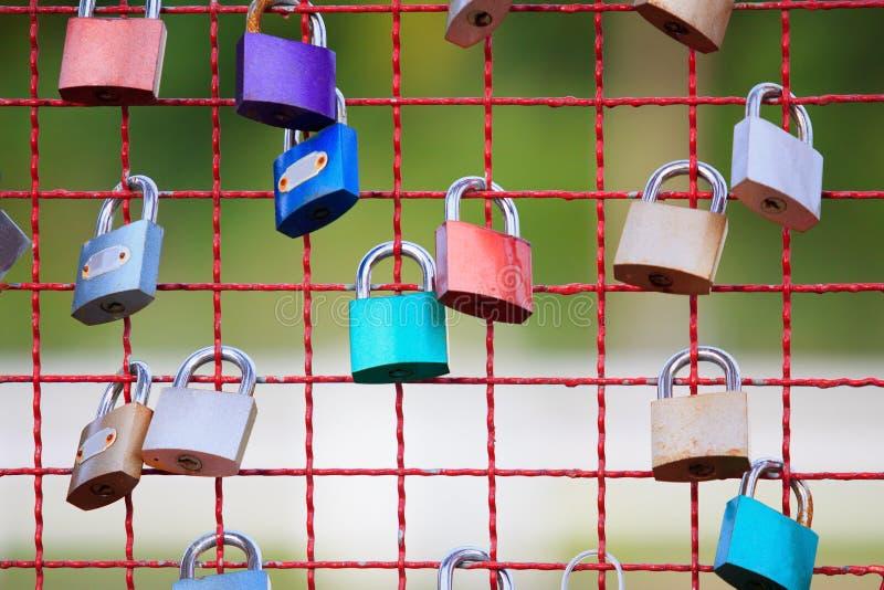 在钢篱芭的关键锁 库存图片