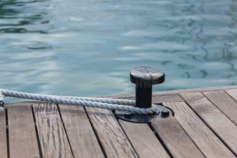 在钢船锚附近被栓的停泊绳索 免版税库存照片