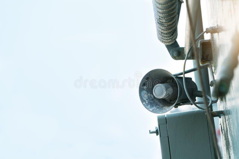 在钢金属墙壁背景的老扩音机扩音机 库存照片