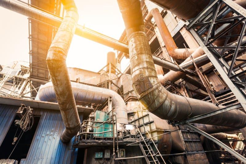 在钢铁厂的生锈的工业管道 免版税库存照片