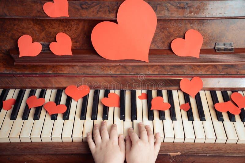 在钢琴的儿童游戏 免版税库存图片