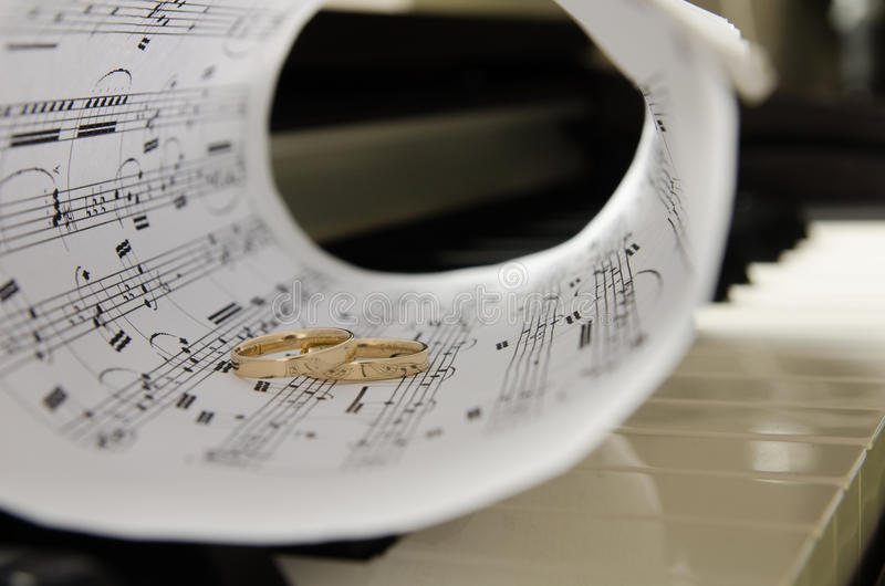 在钢琴的圆环 免版税库存照片