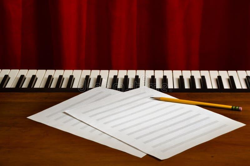 在钢琴的空白纸音乐 免版税库存图片