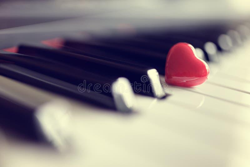 在钢琴钥匙的红色心脏 免版税图库摄影