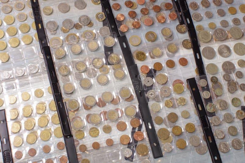 在钱币学册页的许多老硬币 库存照片
