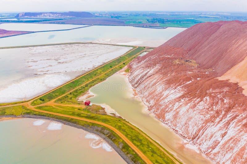 在钾坑,空中风景附近的废水水库 生态问题 图库摄影