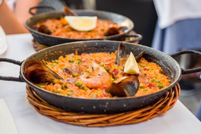 在铁平底锅的可口海鲜肉菜饭 米,柠檬,淡菜, 图库摄影