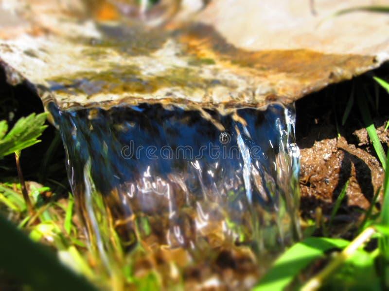 在铁板料下的水流量 库存图片