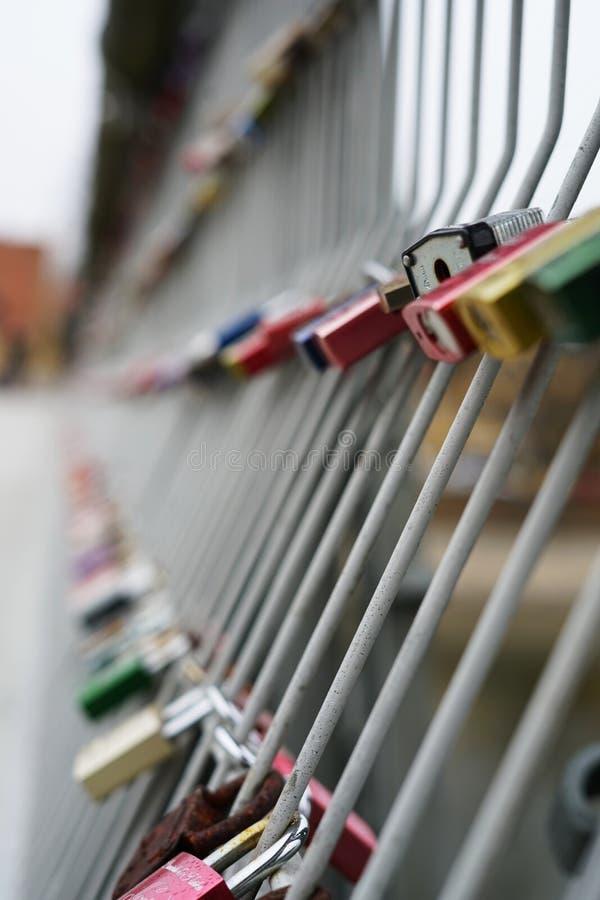 在铁桥梁的爱锁 免版税图库摄影