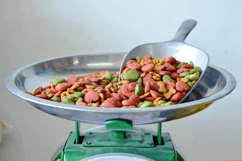 Download 在铁瓢的狗食在秤 库存照片. 图片 包括有 货物, 商业, 包装, 界面, 制造, 谷物, 设备, 销售额 - 62525030