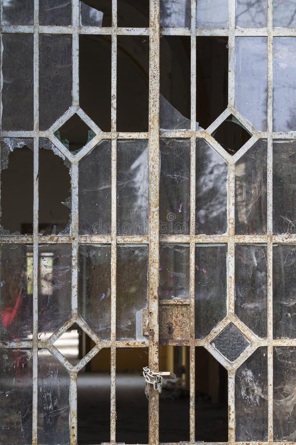 在铁的老窗口 图库摄影