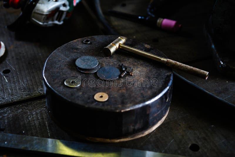在铁砧的一点铁锤子在车间 图库摄影