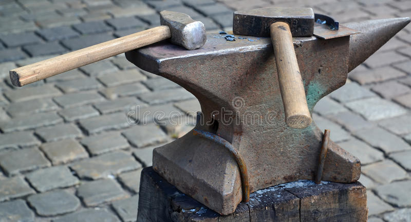 Download 在铁砧的两把锤子谎言 库存照片. 图片 包括有 伪造, 工具, 金属, 夫妇, 人们, 主题, 任何人, 的合法化的 - 72363238