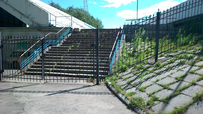 在铁篱芭后的楼梯 免版税库存图片