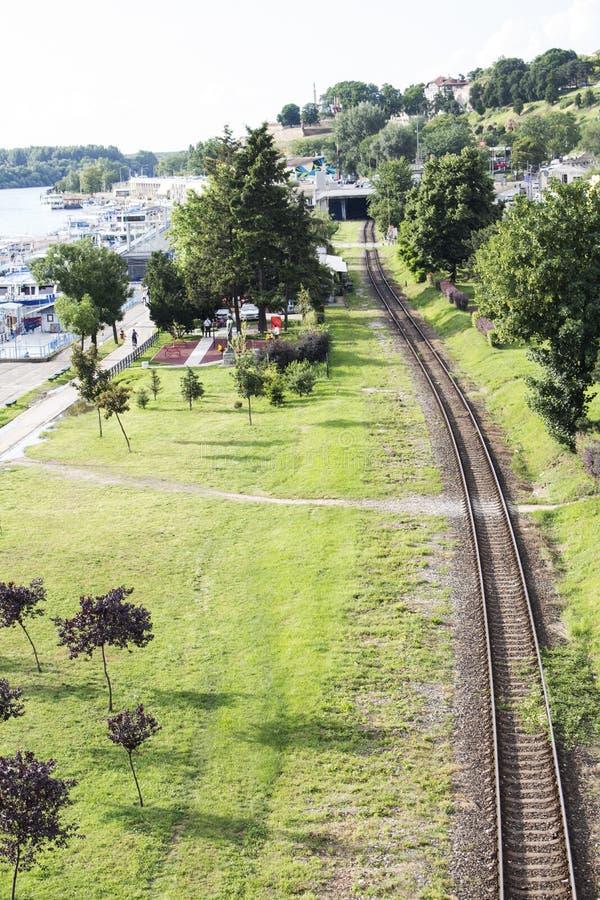 在铁路、河和天空的看法从桥梁在贝尔格莱德 库存照片
