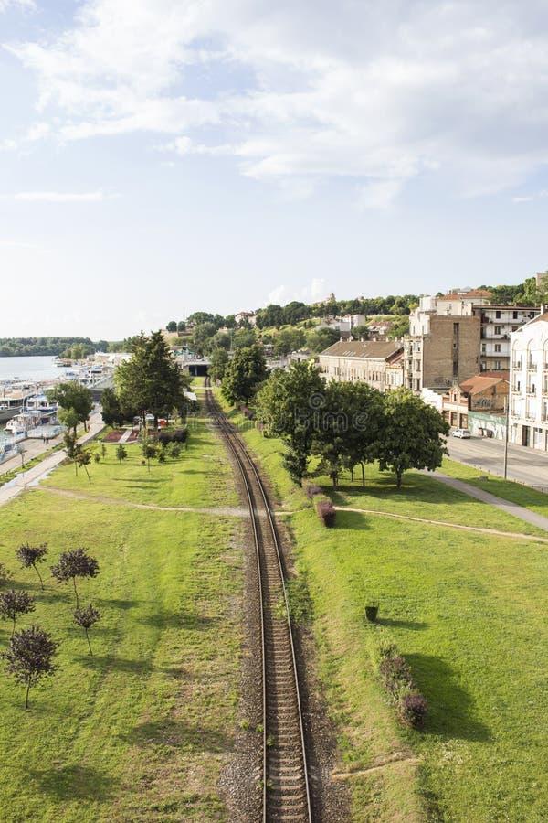 在铁路、河和天空的看法从桥梁在贝尔格莱德 图库摄影