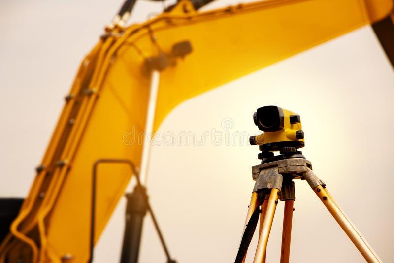 在铁路工地工作的经纬仪 免版税图库摄影