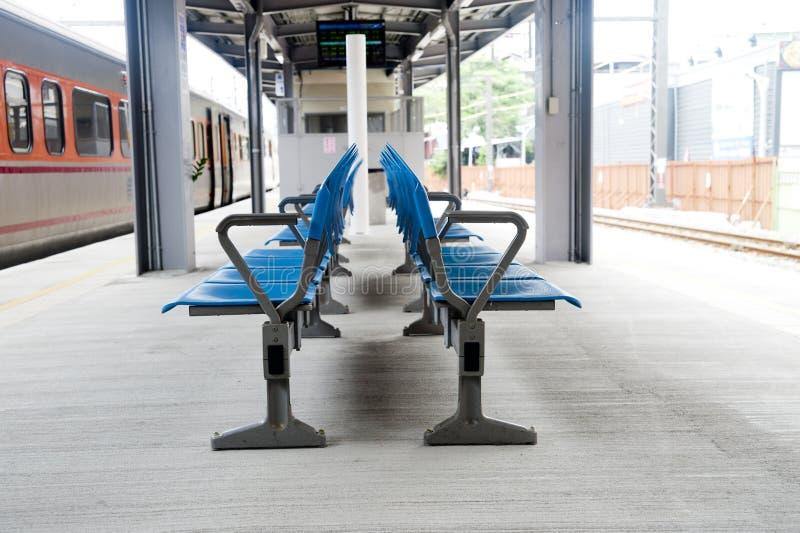 在铁路平台的椅子 库存照片