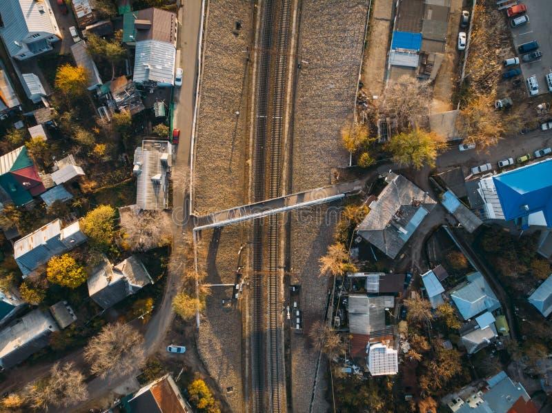 在铁路或铁路下看法的空中上面在住宅房子中 免版税图库摄影