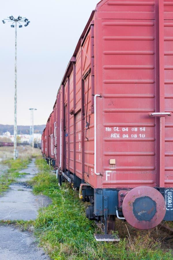 在铁路房屋板壁的货物无盖货车 免版税库存图片