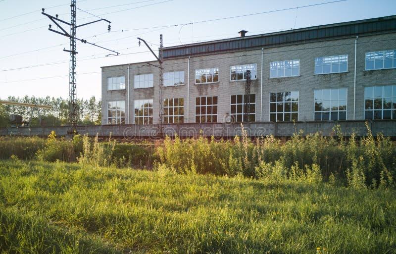 在铁路旁边的Manifacture在一个晴朗的晚上 免版税库存照片