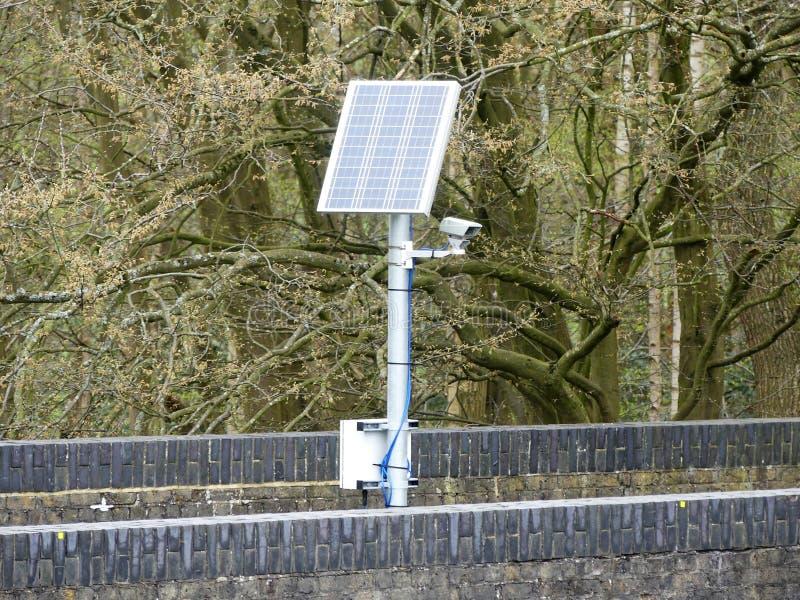 在铁路桥的太阳供给动力的照相机 免版税库存图片