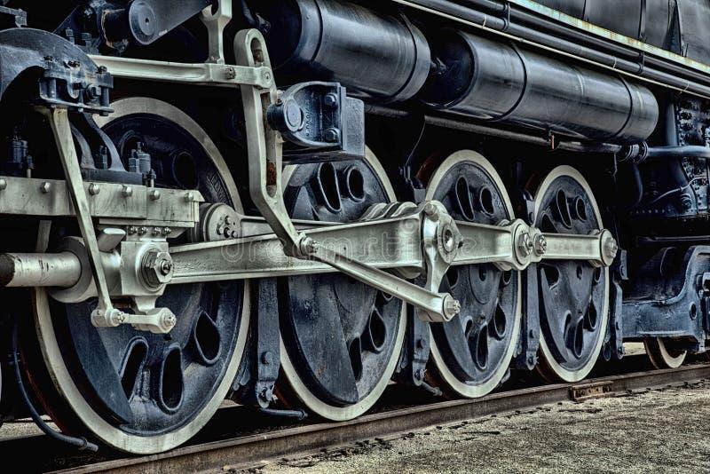 在铁路的一列古色古香的蓝色火车 免版税库存照片