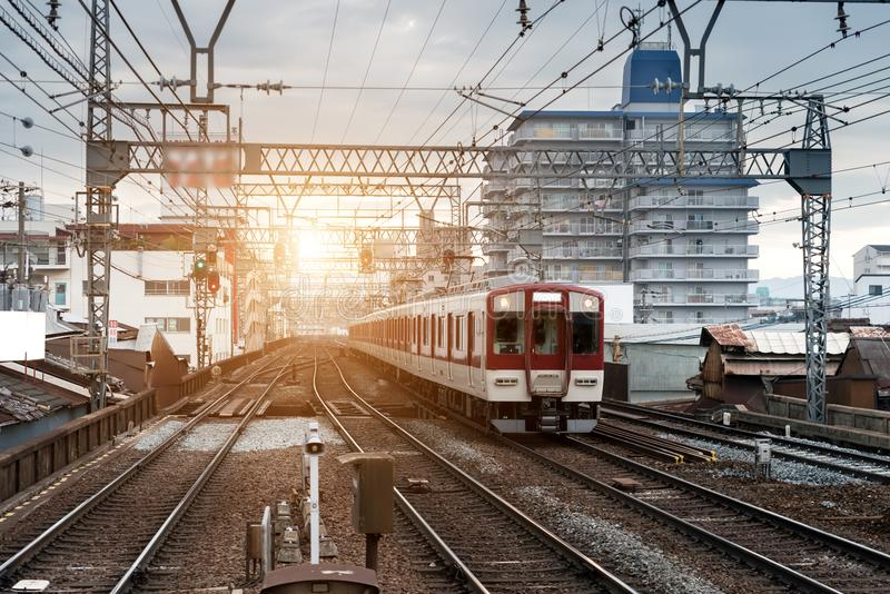 在铁路的日本火车与地平线在大阪,运输背景的日本 免版税图库摄影