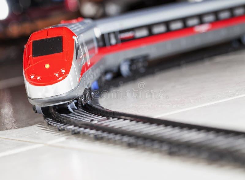 在铁路的玩具火车 免版税库存照片