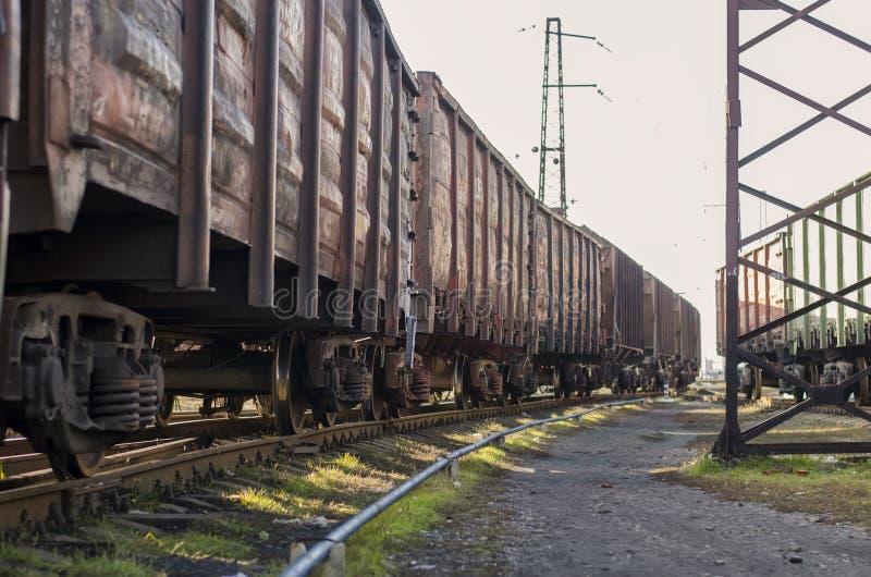 在铁路的空的无盖货车 免版税库存图片