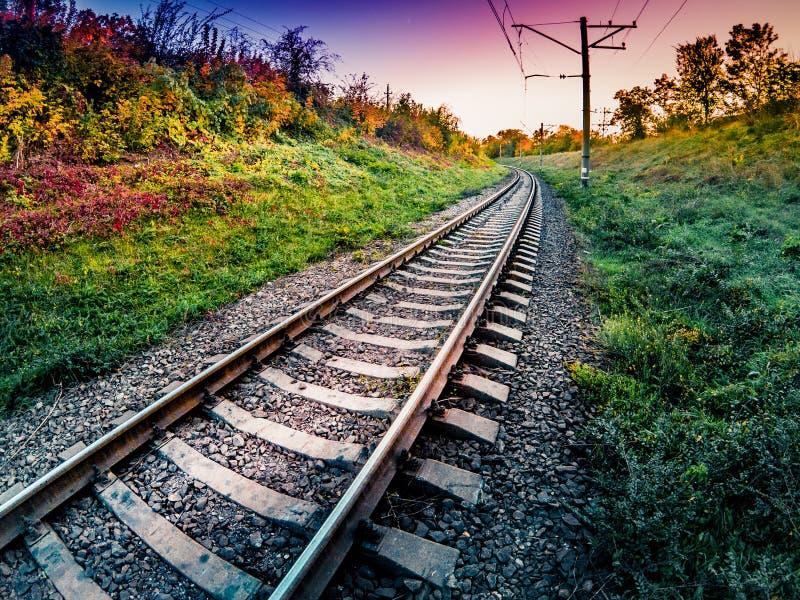 在铁路的美好的日落在秋天 免版税库存图片