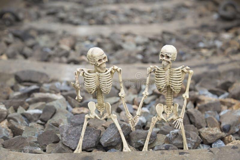 在铁路背景的伙计人的骨骼 库存照片