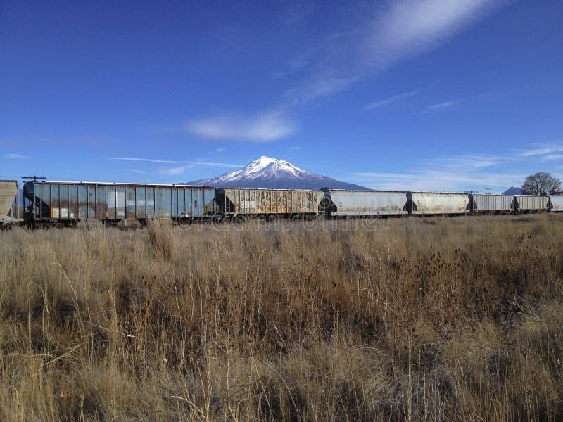 在铁路车的沙斯塔山 库存图片