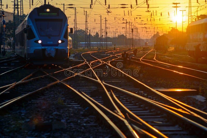在铁路轨道交叉点的火车 图库摄影