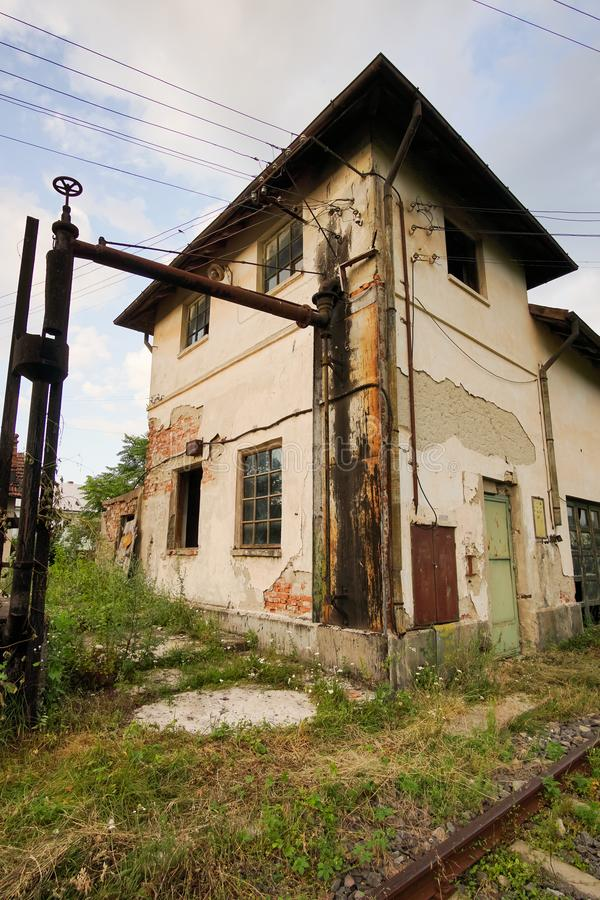 在铁路附近的被放弃的大厦 图库摄影