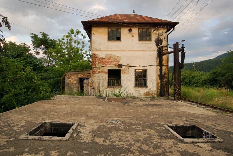 在铁路附近的被放弃的大厦 库存图片