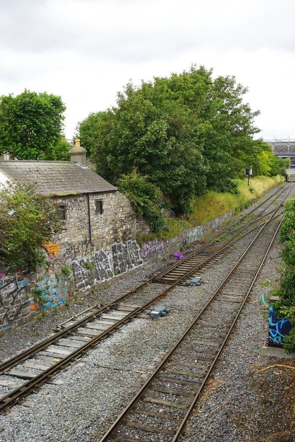 在铁轨旁边的古老石村庄在农村爱尔兰 库存图片