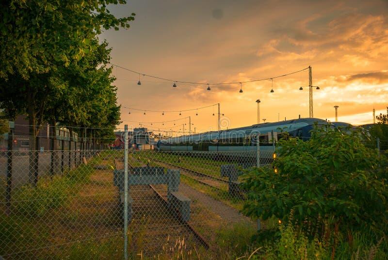 在铁轨的日落在Godsbanen区在奥尔胡斯, Denamrk 库存图片