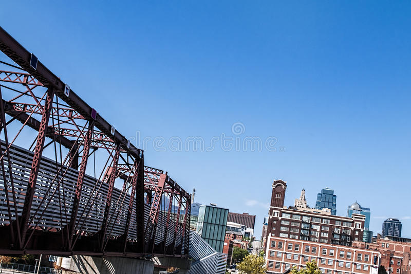在铁轨的桁架桥 库存照片