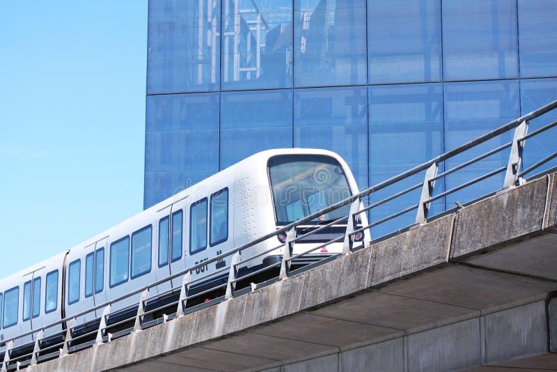 在铁轨的能承受的无人驾驶的现代轻的路轨地铁火车在欧洲 免版税库存照片