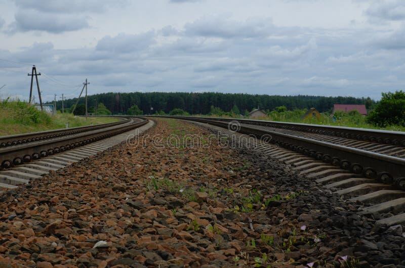 在铁轨的铁路石头 与天空的风景 维帖布斯克,白俄罗斯郊外  库存照片