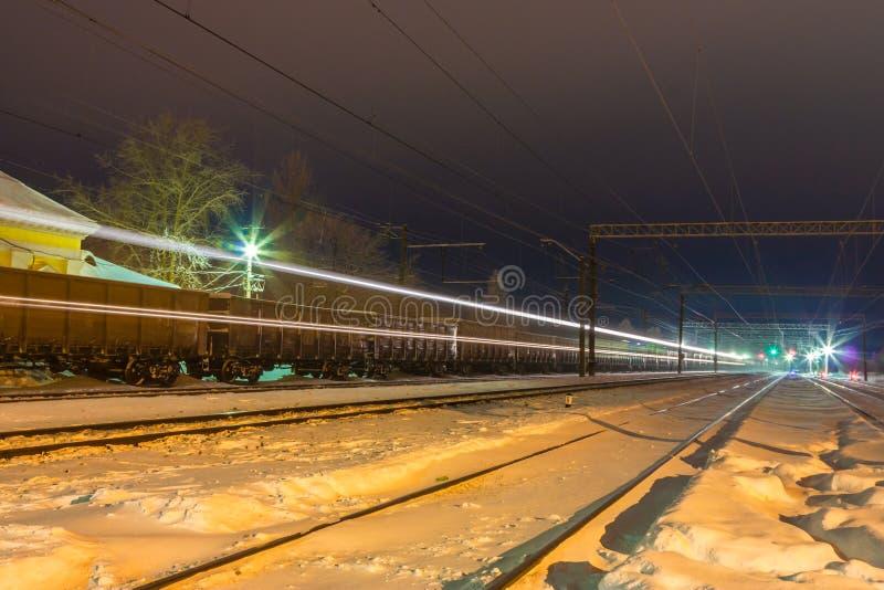 在铁轨的高速旅客列车与在火车站附近的行动迷离作用 库存照片